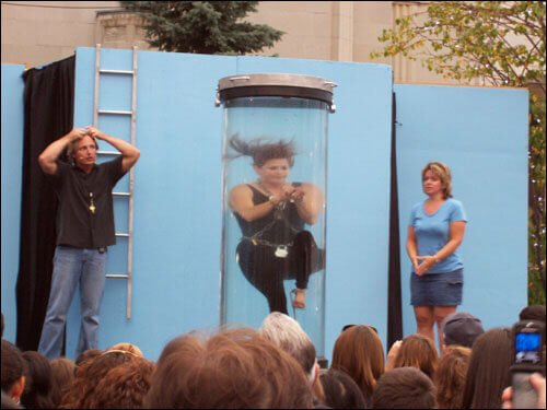 Кристен Джонсон и ее побег из колбы с водой