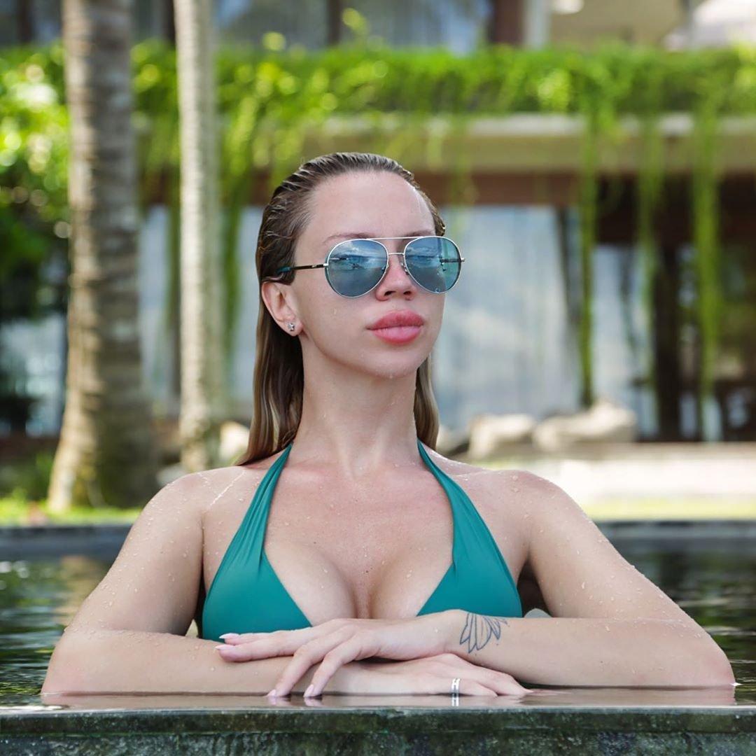 Модель Playboy Юлия Дамия и подруга BroDude фото на отдыхе