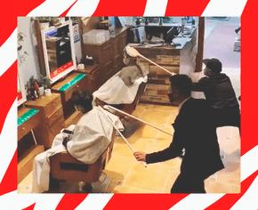 Парикмахеры делают укладки с помощью прикрепленных к шестам инструментов, чтобы избежать заражения коронавирусом