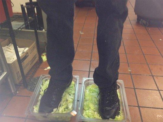 чувак встал ногами в салат