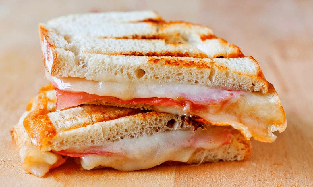 фото классического панини с ветчиной и сыром