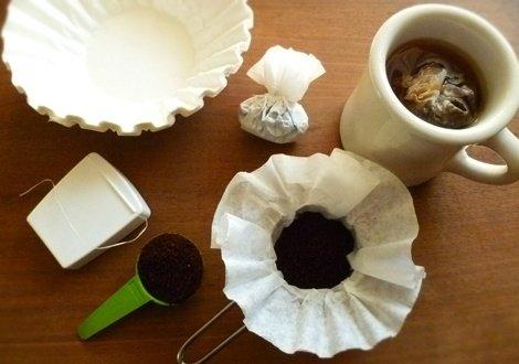 Мешочки кофе, сделанные из кофейных фильтров и зубной нити