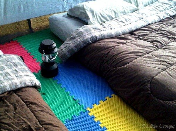 Используй плитки пены для пола, чтобы в палатке было мягче