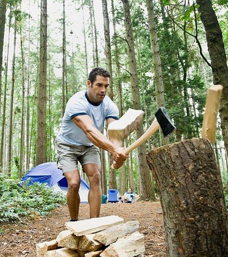 мужчина рубит дрова