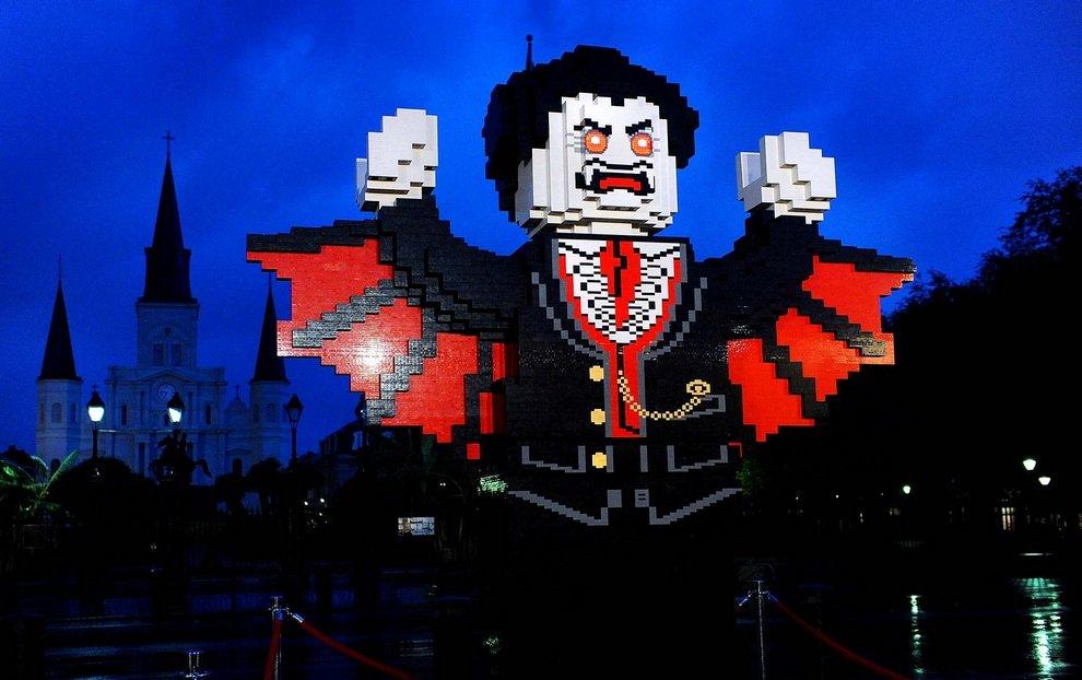Гигантская фигурка Дракулы из LEGO в Новом Орлеане, штат Луизиана, США. До Хэллоуина остался ровно месяц, но американцы уже вовсю готовятся к своему любимому празднику.